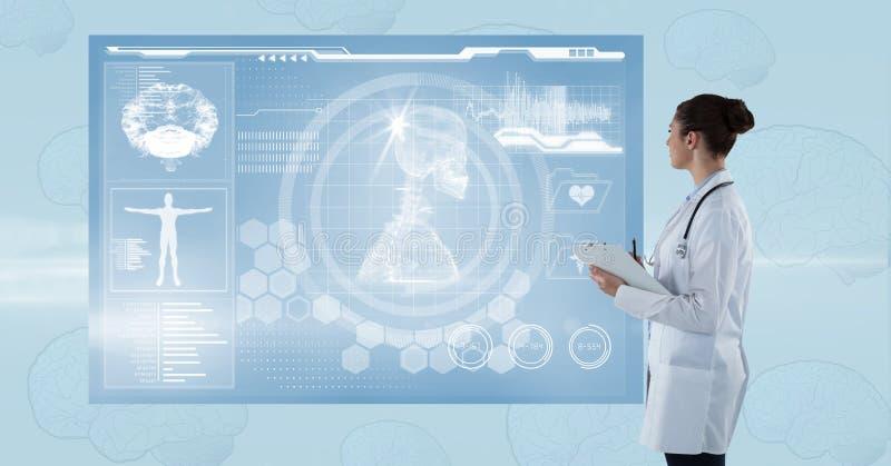 Sidosikt av den kvinnliga doktorn som ser den futuristiska skärmen arkivfoto
