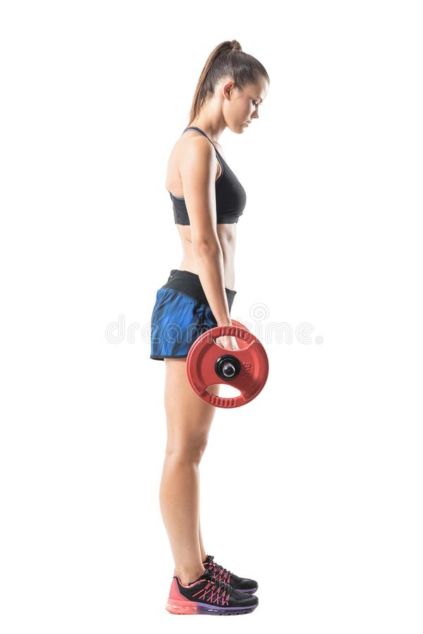 Sidosikt av den kvinnliga idrottsman nen för passform som gör deadlift, i att avsluta fördjupad position royaltyfria foton