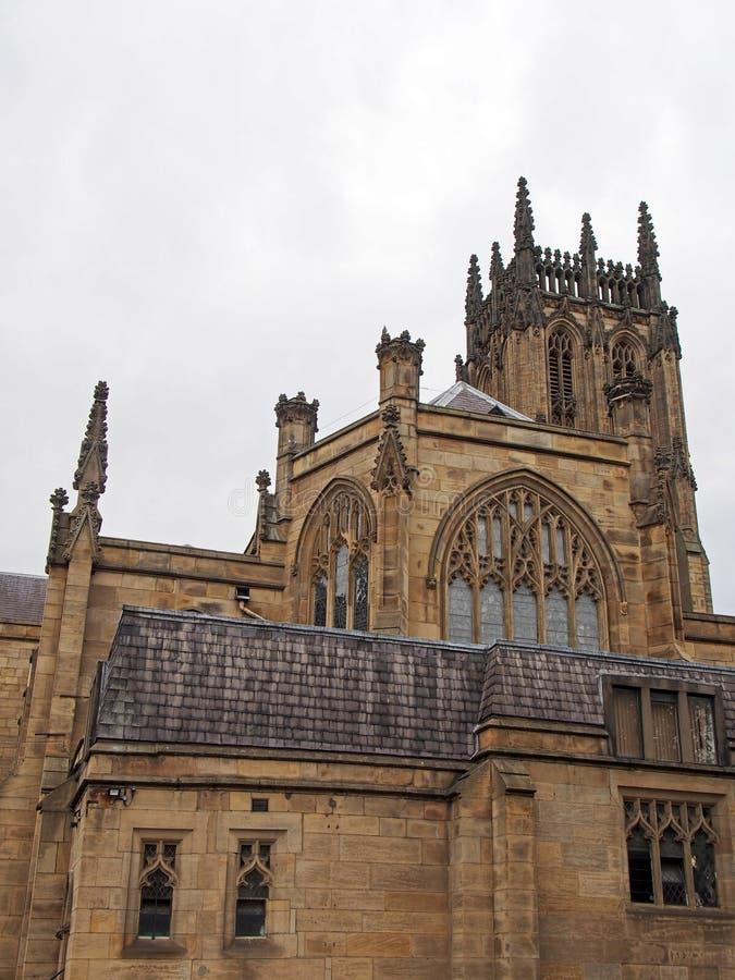 Sidosikt av den leeds domkyrkan med tornet och arkitektoniska detaljer från gatan royaltyfria bilder
