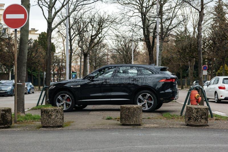 Sidosikt av den lyxiga Jaguar X-typ SUV jeepen arkivbilder