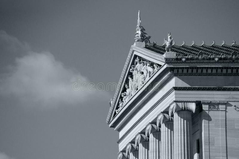 Sidosikt av den Philadelphia konstmuseet i svartvitt royaltyfria bilder
