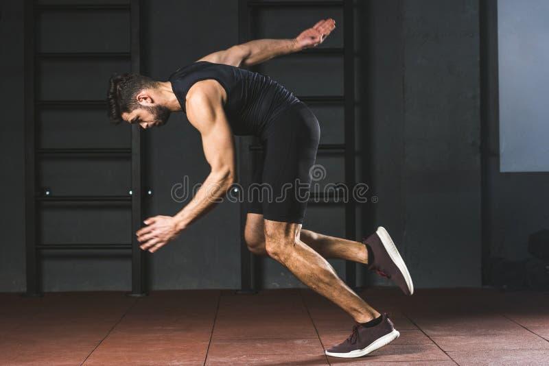 Sidosikt av den unga idrottsmannen arkivfoto
