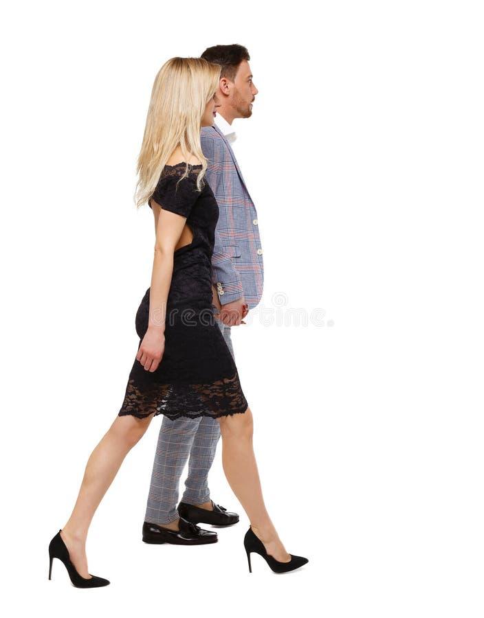 Sidosikt av en gå man och kvinna i affärsdräkter royaltyfria foton