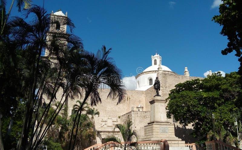 Sidosikt av en kyrka i Merida, Mexico royaltyfria foton