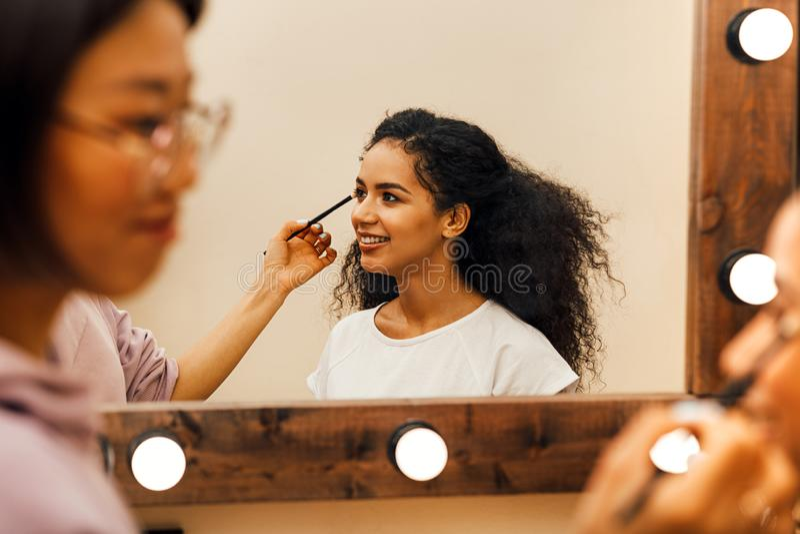 Sidosikt av en makeupkonstn?r royaltyfri foto