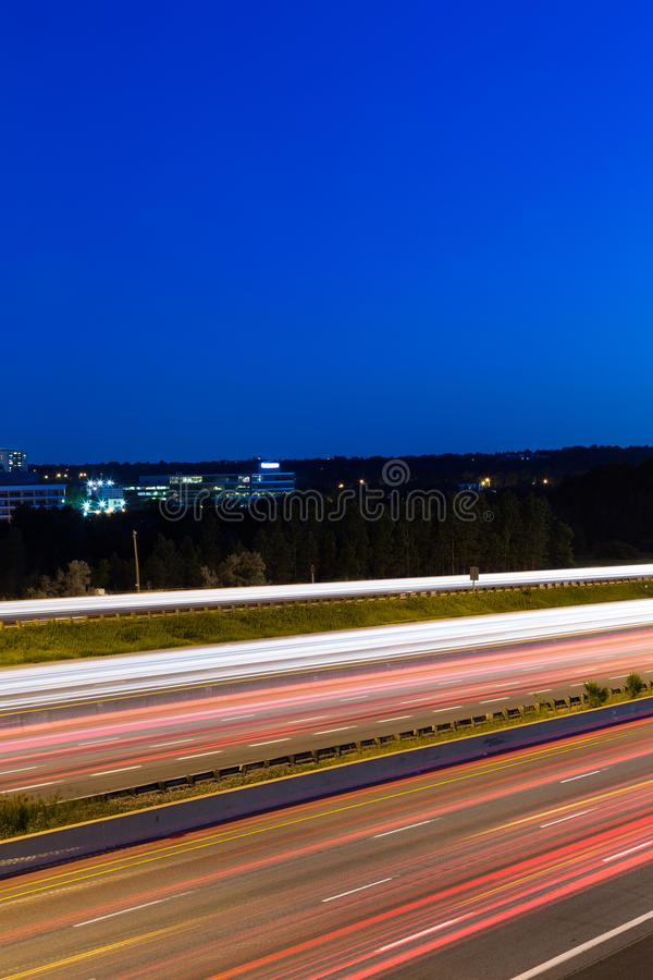 Sidosikt av en motorway med kopieringsutrymme royaltyfria bilder