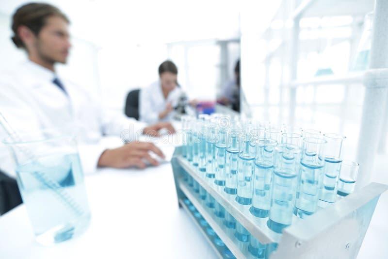 Sidosikt av forskare som arbetar i laboratorium arkivfoto