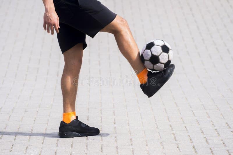 Sidosikt av fristilfotboll eller den futsal spelaren som jonglerar bollintelligens royaltyfri bild