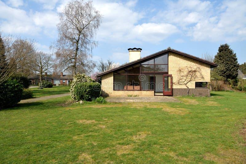 Sidosikt av huset av den glänsande solen, en holländsk bungalow i Goor Overijssel arkivfoton