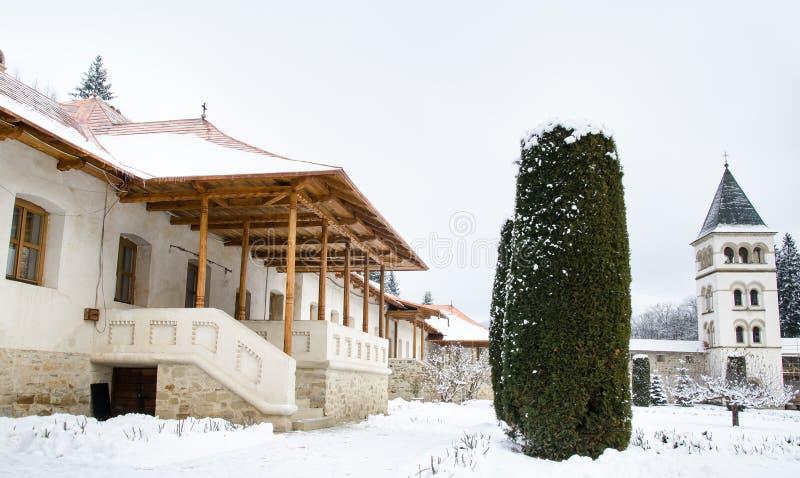 Sidosikt av husingången av munkarna arkivfoton