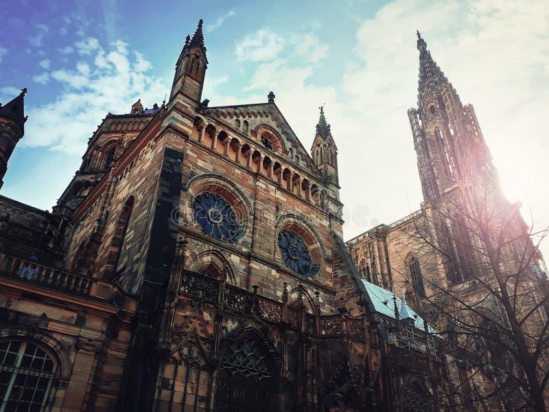 Sidosikt av Roman Catholic Cathedral Notre Dame av Strasbourg i Alsace, Frankrike Majestätisk utomhus- fasad för gotisk arkitektu arkivfoton