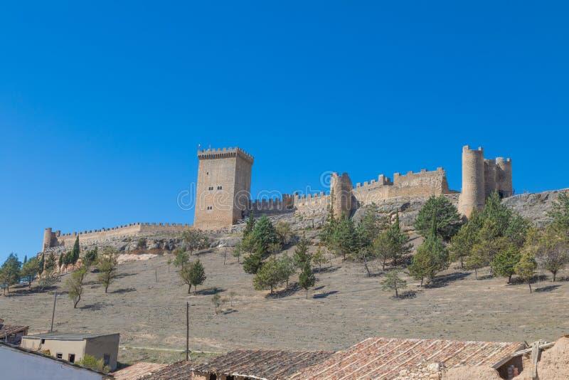 Sidosikt av slotten av Penaranda de Duero arkivfoton
