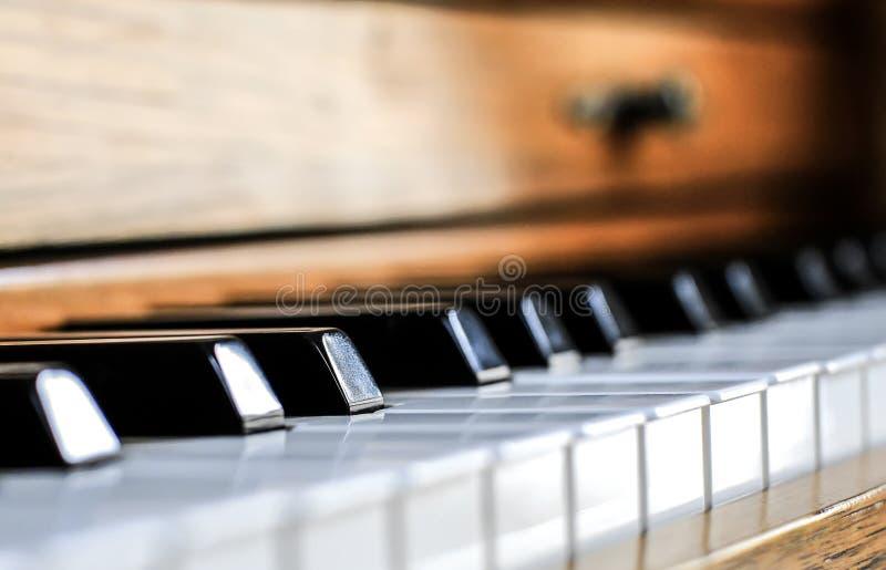Sidosikt av tangenter på ett gammalt piano arkivfoton