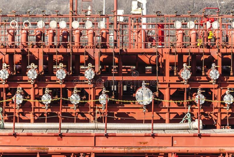 Sidosikt av ventiler av en oljetanker fotografering för bildbyråer