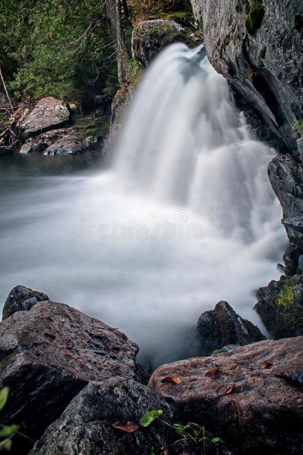 Sidosikt av Williams Brook Falls At Mount Carleton Provincial Park royaltyfria foton
