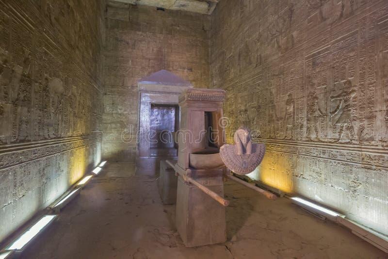 Sidosikt in i helgedomen av Holies i templet av Horus royaltyfria bilder