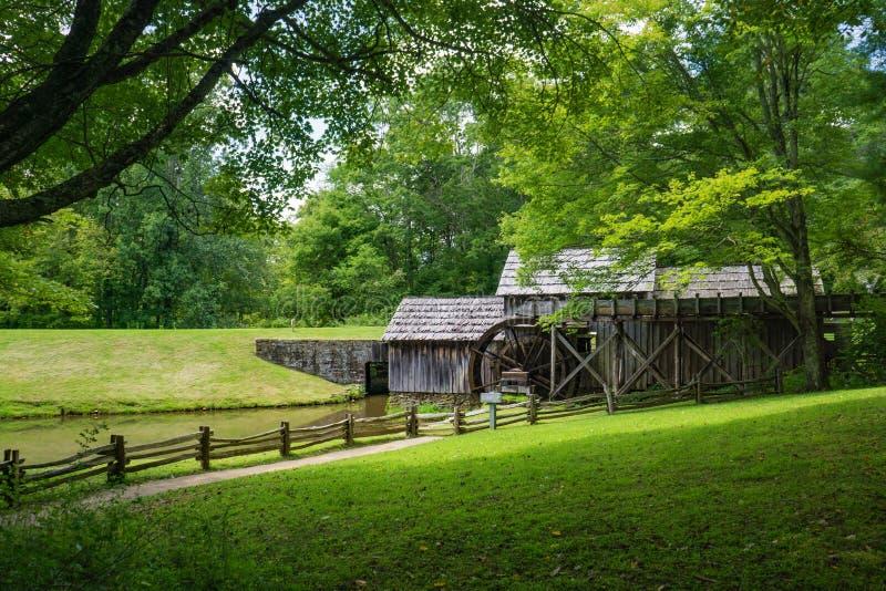 Sidosikt Mabry Gristmill på den blåa Ridge Parkway royaltyfri bild