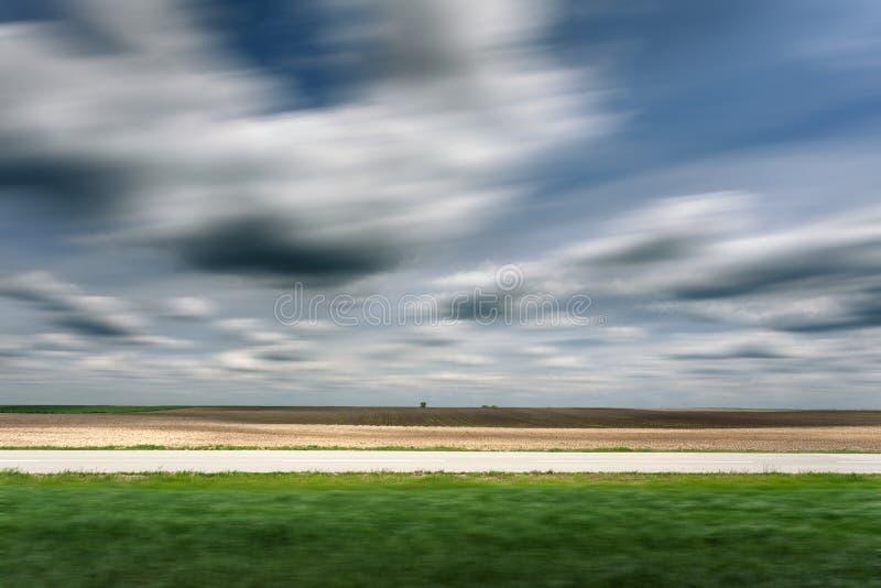 Sidosikt på en tom asfaltväg i suddig rörelse arkivfoto