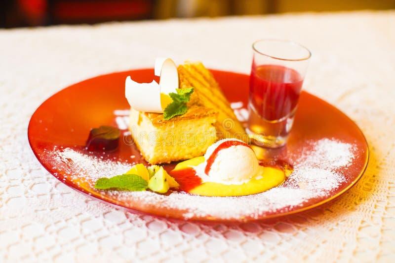 Sidosikten av efterrätten bestod av ananans, kakor, mintkaramellen, gelé och en kopp av fruktsaften Matsammansättningen arkivbilder