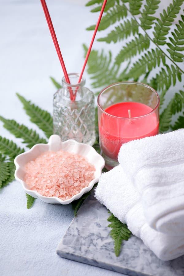 Sidosikten av hem- wellnessbrunnsortprodukter, arombad saltar, arompinnen, bomullshanddukar Koppla av uppsättningen för mindfulne royaltyfri bild