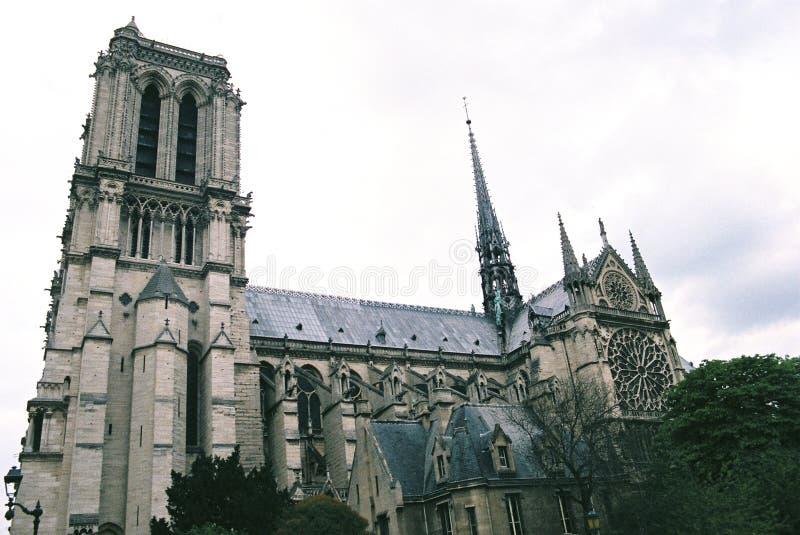Sidosikten av Notre Dame Cathedral fotografering för bildbyråer