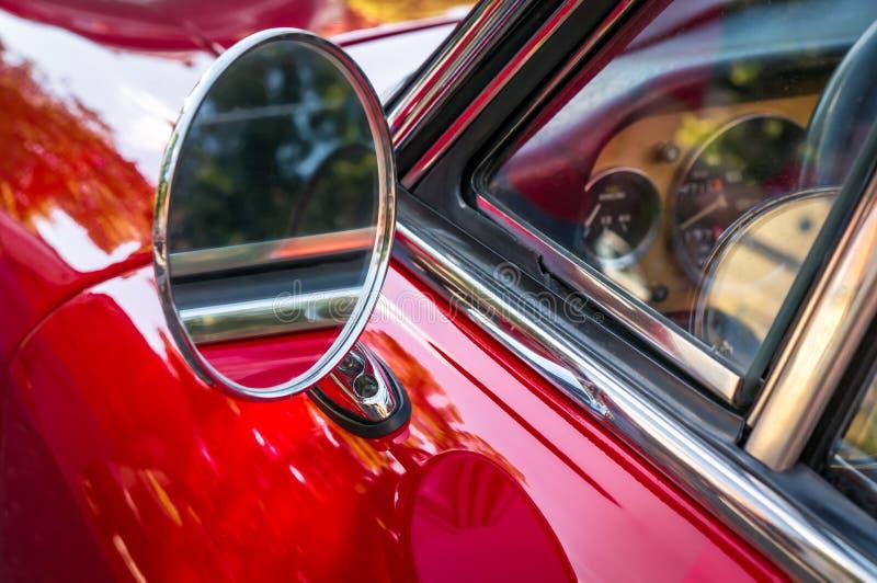 Sidospegel av en röd bil för tappning fotografering för bildbyråer