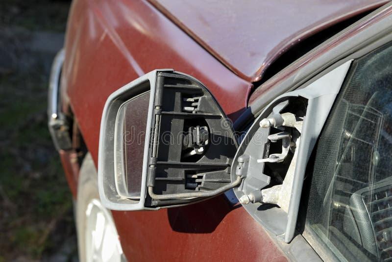 Sidospegeln av bilen skadas arkivbilder