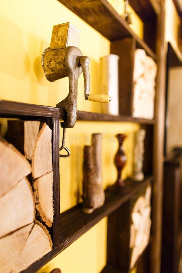 Sidoståenden av kött-avbrytaren som förlades på trästrålarna, dekorerade med vaser och vedträ i kafét arkivbild