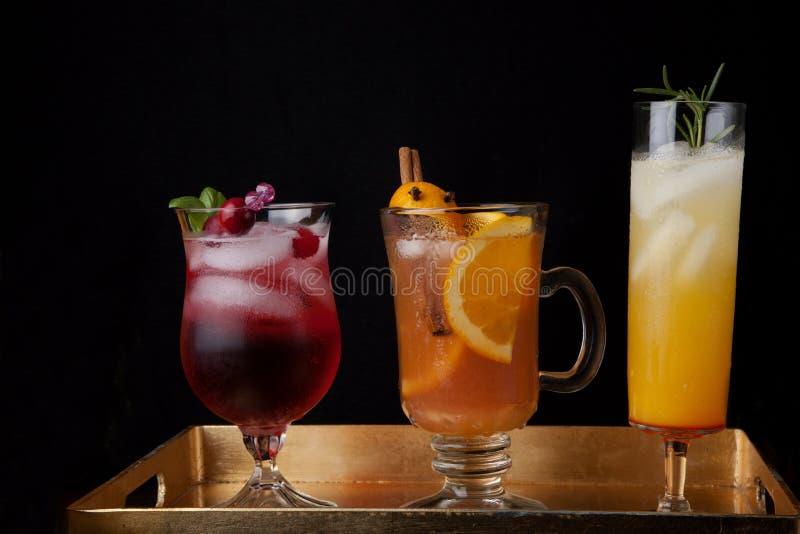 Sidra de Maçã picante, Pear Sparkler e Cocktails de Whiskey-Cranberry - Bebidas Queda fotografia de stock royalty free