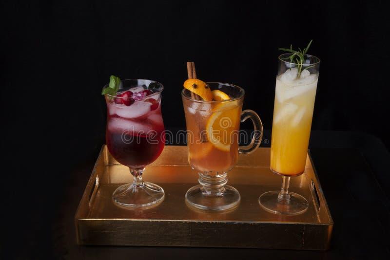 Sidra de Maçã picante, Pear Sparkler e Cocktails de Whiskey-Cranberry - Bebidas Queda fotos de stock royalty free