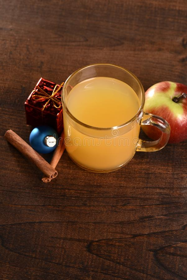 Sidra de maçã temperada Natal da vista superior com fruto imagens de stock