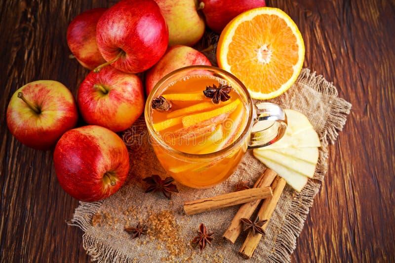 Sidro di mela sciupato caldo con cannella, i chiodi di garofano, l'anice e l'arancia immagini stock