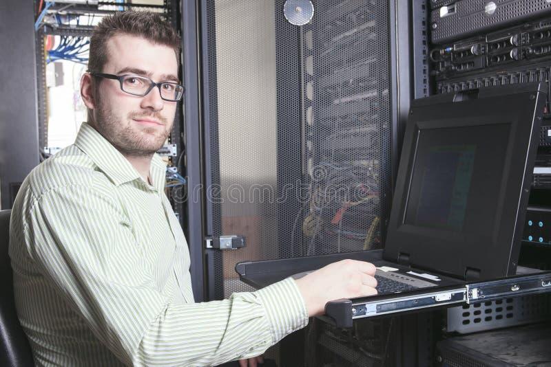 Sieć inżynier Pracuje W serweru pokoju obraz royalty free