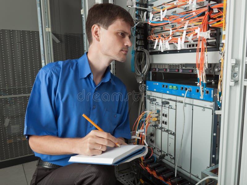 Sieć inżynier w serweru pokoju obrazy stock