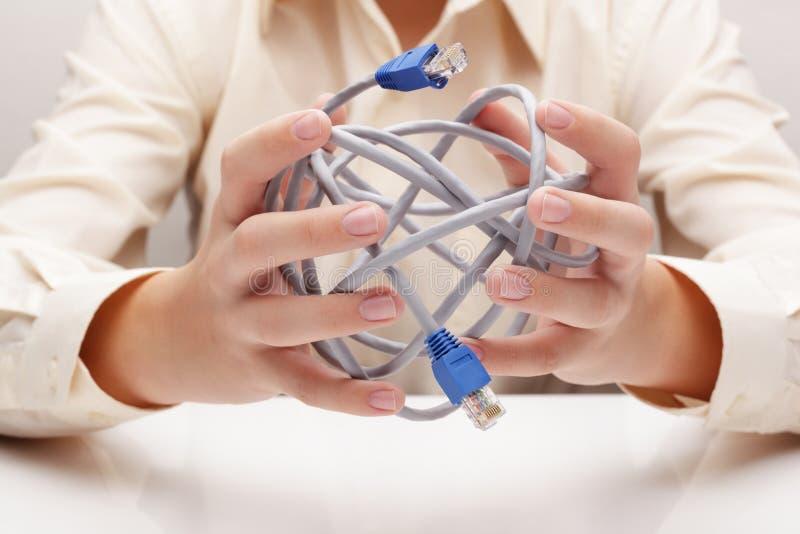 Sieć kabel w ręce (pojęcie) zdjęcie stock