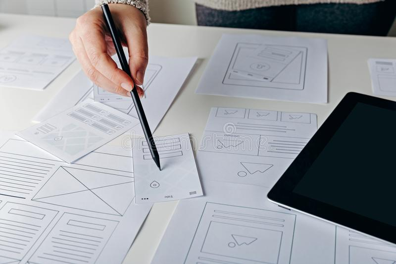Sieć projektant tworzy mobilną wyczuloną stronę internetową obrazy royalty free
