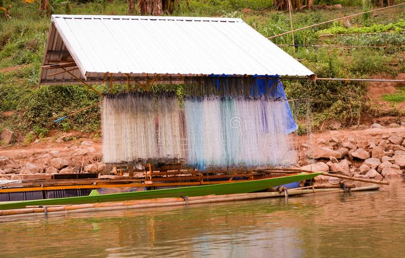 Sieć rybacka na Łódkowatego domu połowie zdjęcie royalty free