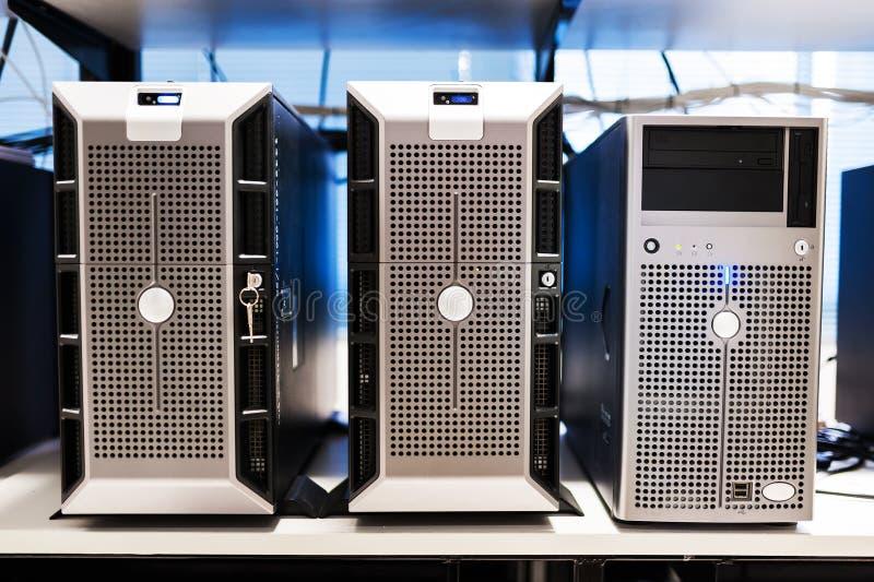 Sieć serwery w dane pokoju obraz stock