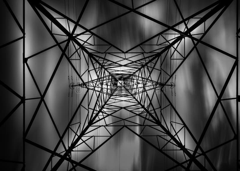Sieć władza, elektryczność pilon, abstrakt czarny i biały zdjęcie stock