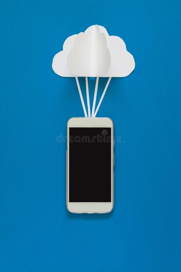 Sieć związek i obłoczny składowej technologii pojęcie Dane komunikacje i obłoczny oblicza sieci pojęcie Mądrze telefonu flyi fotografia stock