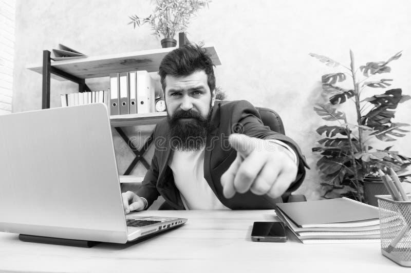 Sie entlassen Mann, streng bärtiger Geschäftsführer sitzt im Amt Gesprächskonzept Fragen zum Interview beantworten Abgangsbüro lizenzfreie stockfotos