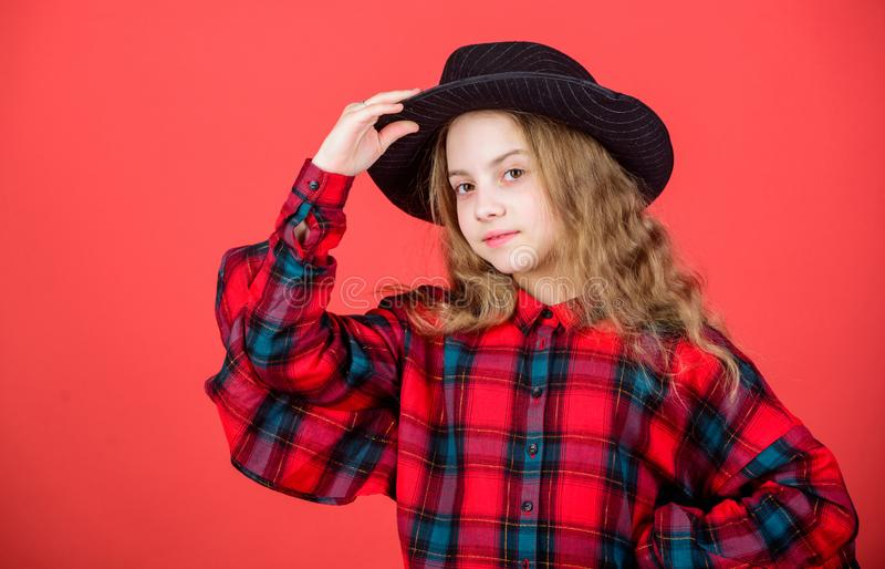 Sie ist wirklich nett Entzückende Art des Kindermodells in Mode Modernes Mädchenkind Kleines Kind mit Modeblick wenig stockbilder