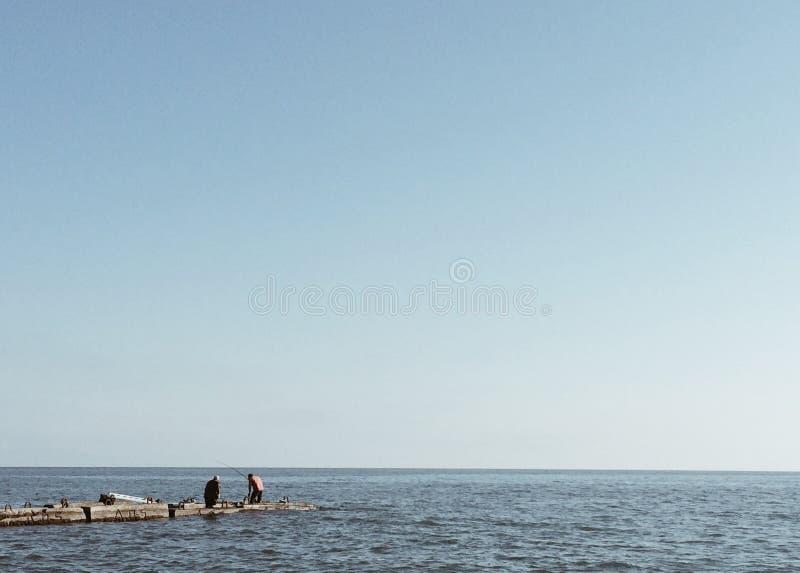 Sie können das Meer für eine lange Zeit aufpassen, aber hören auf den Ton von Wellen ständig stockfoto