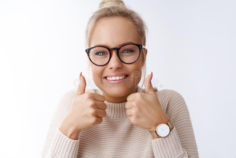 Sie können es tun, glauben Porträt der optimistischen freundlich-aussehenden aufgeregten netten jungen blonden Frau beim Glasdars lizenzfreies stockfoto