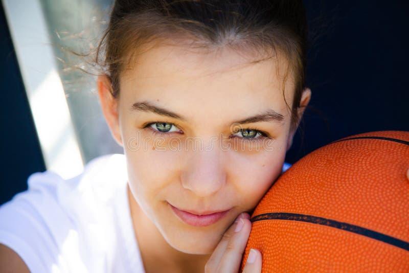 Sie liebt Basketball mehr als alles lizenzfreie stockfotos
