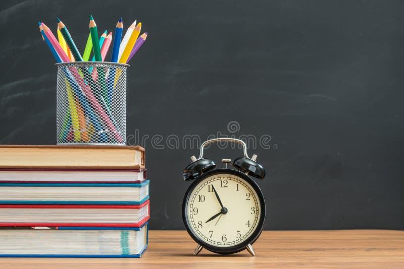 Sie müssen zurück zu Schule rechtzeitig und sich zu erinnern, Lehrbuch zu holen lizenzfreies stockfoto