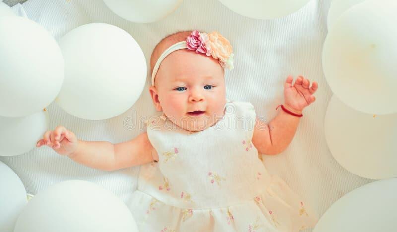 Sie sind mein kleiner Engel familie Kinderbetreuung Der Tag der Kinder Kindheitsgl?ck S??es kleines Sch?tzchen Neues Leben und Ge lizenzfreie stockbilder