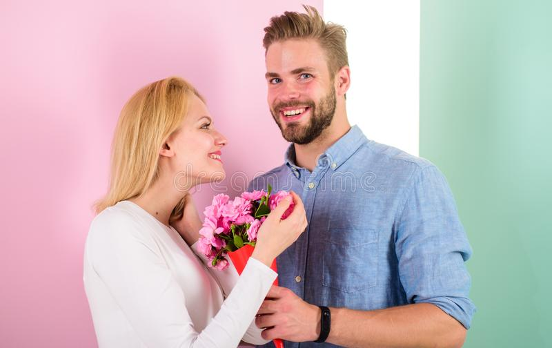 Sie sind so schön, wie Sie Freund Blumenstraußblumen holen, um sie zu überraschen Romantisches Geschenkkonzept Manngeben stockfotos
