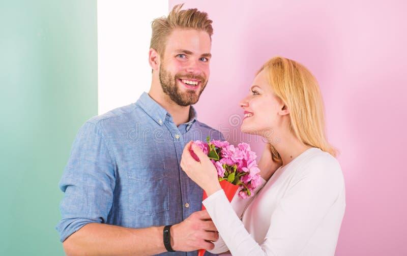 Sie sind so sch?n, wie Sie Freund Blumenstrau?blumen holen, um sie zu ?berraschen Romantisches Geschenkkonzept Manngeben lizenzfreie stockfotos