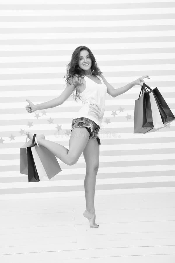 Sie traf eine rechte Wahl Einkaufsmädchen mit glücklichen Gesicht und dem Daumen oben Großer Verkauf Zeit für den Einkauf glückli stockfoto
